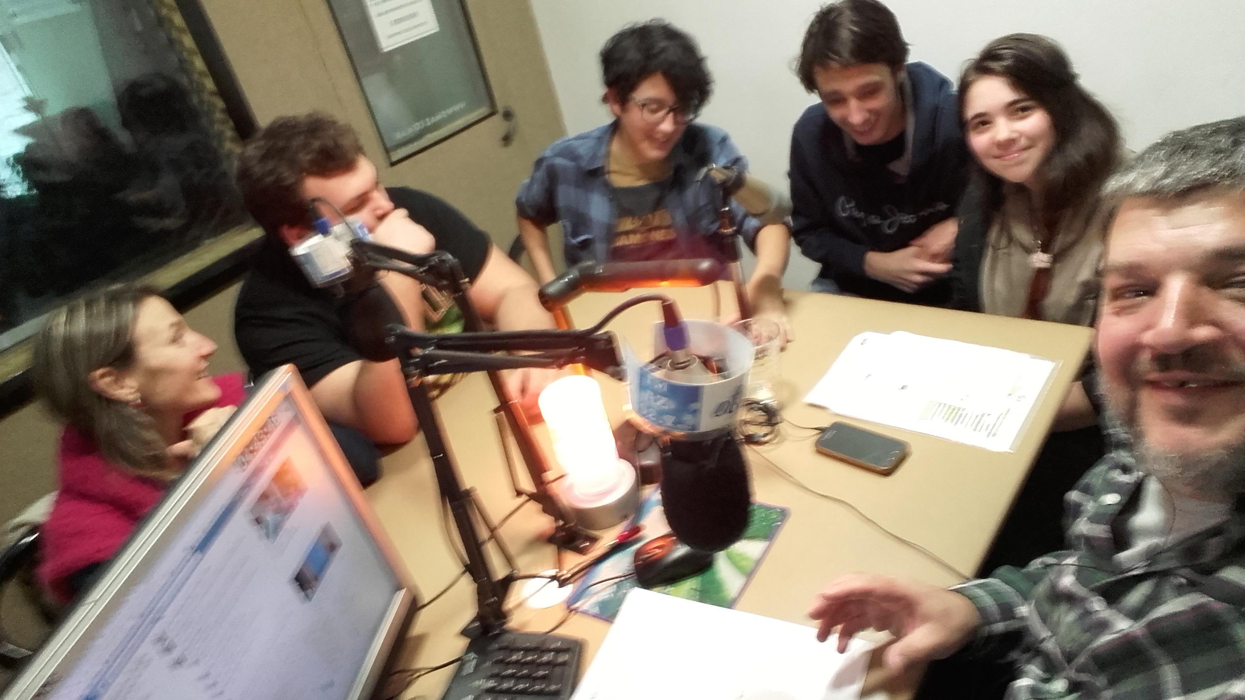 Con amigos en la radio